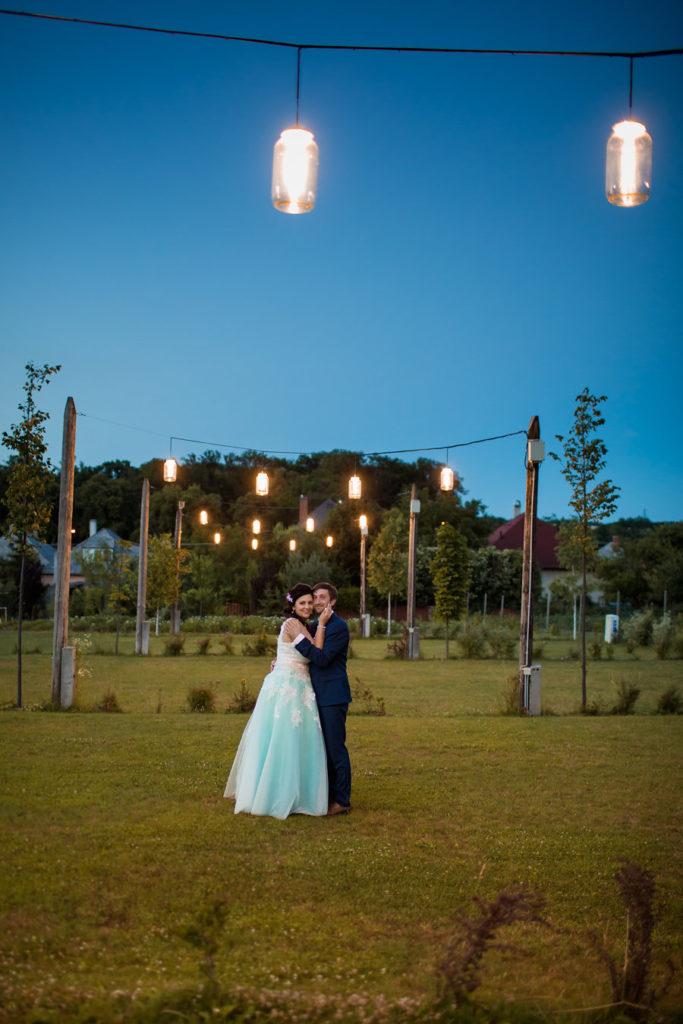 Esküvői fotózás a kertben