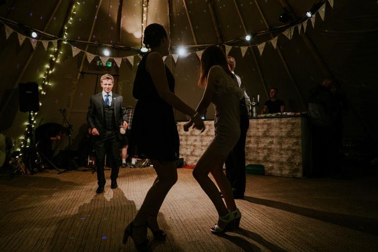 Hogyan lehet bemutatni a vendégeket egy esküvőn - vers, próza, képregény formában