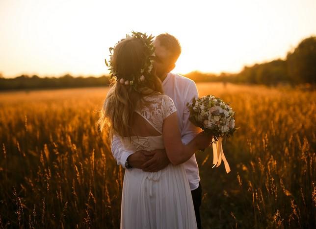 Esküvői fotózás a naplementében