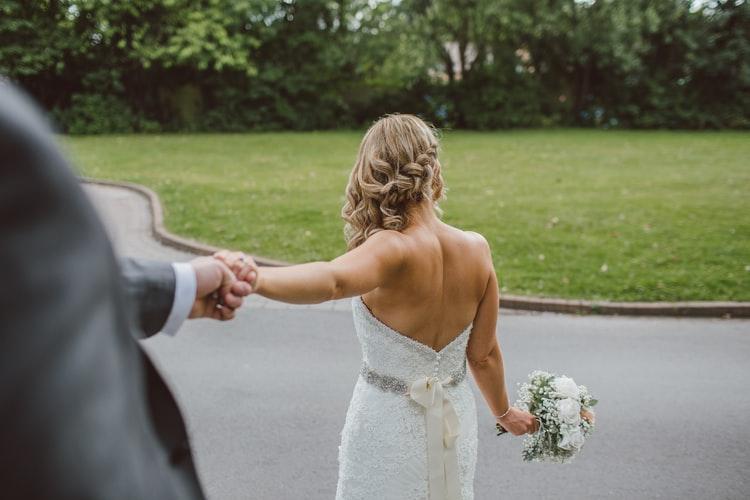 Szőke hajú menyasszony
