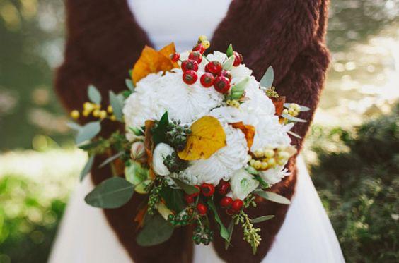 Esküvői csokor csipkebogyóval