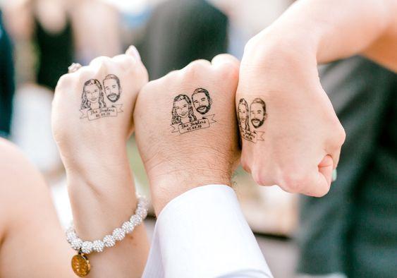 Az ifjú pár ideiglenes tetoválás