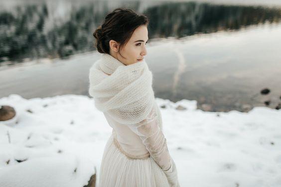 Meleg kiegészítők téli esküvői ruhákhoz
